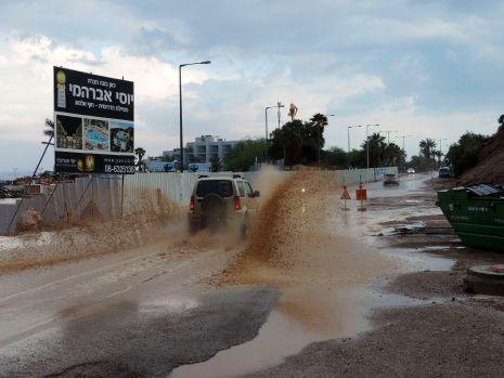 וידיאו ותמונות: שיטפון בנחל שלמה והצפות בחוף הדרומי