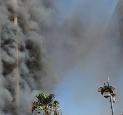 מגדל בלהבות: מאות פונו - שני כבאים נפצעו