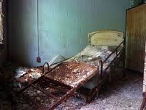 התפרץ לדירת השכנה והשחית את מיטתה