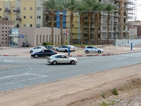 ''להפסיק לבנות בשחמון עד שישודרג הכביש העוקף''