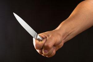 גבר עירום למחצה הניף סכינים והבהיל את הגננות
