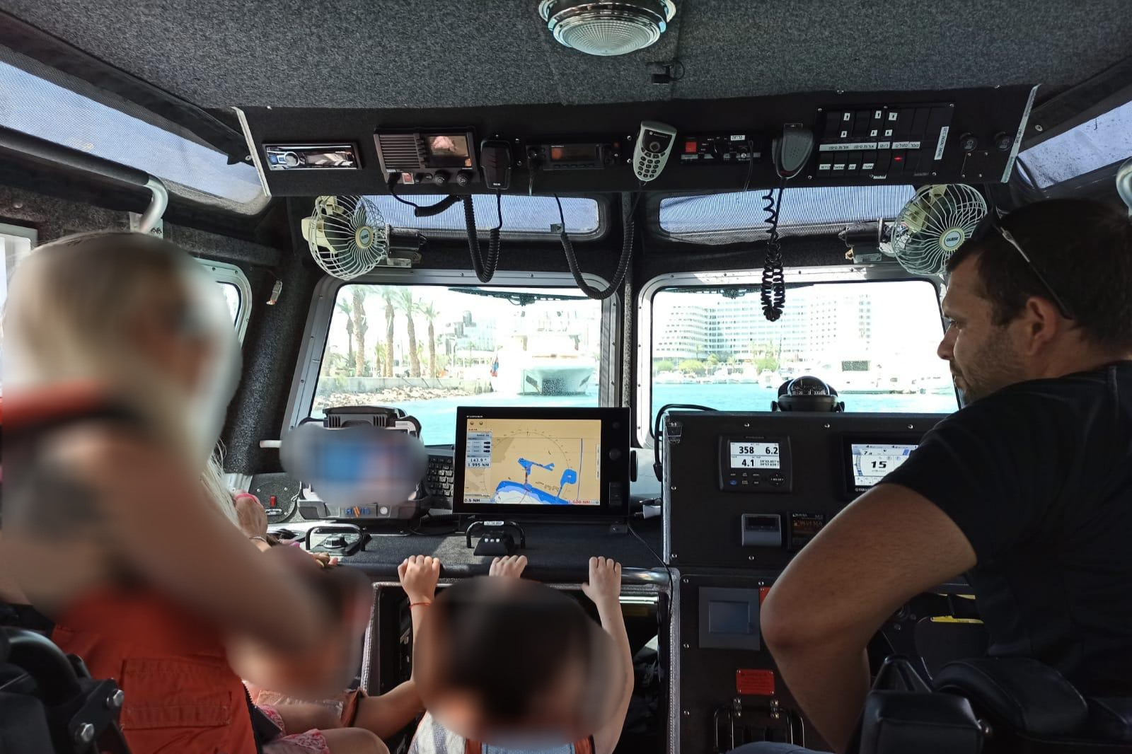 שוטרי השיטור הימי באילת חילוץ ספינה ועליה משפחה וילדים שנסחפה לחוף האלמוגים
