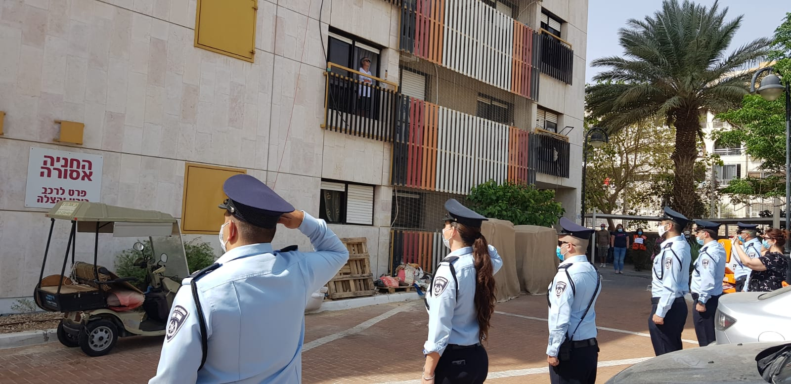 שוטרי אילת מצדיעים לקשישי הדיור המוגן בעיר