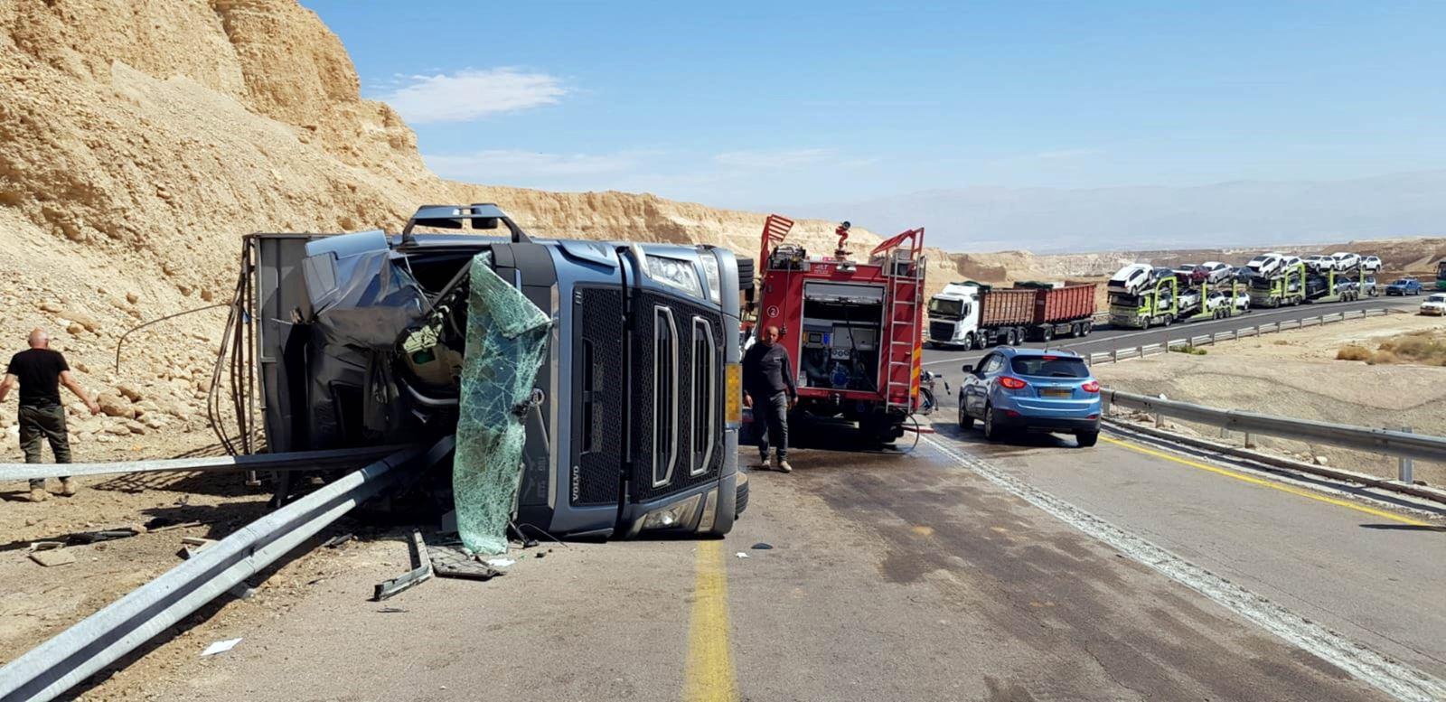 שוב תאונה על כביש 90 בערבה - משאית להובלת בקר התהפכה - הנהג פונה במצב בינוני לסורוקה