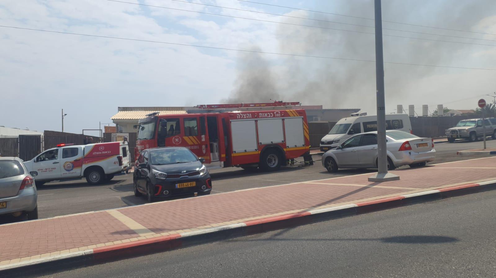 צפו: שריפה משתוללת בבית עסק באזור התעשייה באילת