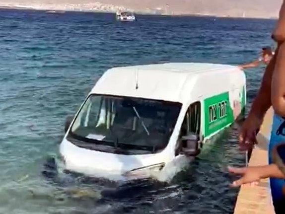 צפו: רכב מסחרי נפל למים בחוף החשמל באילת