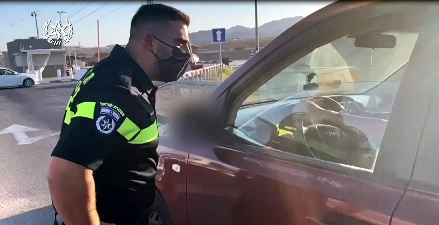 צפו: המשטרה אוכפת את תקנות הקורונה בכניסה לאילת
