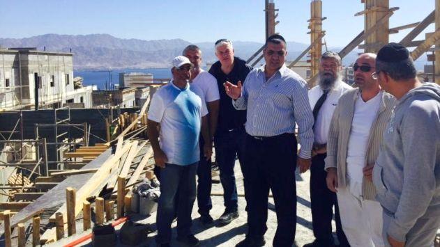 משה אלמקייס בונה בתי כנסת חדשים