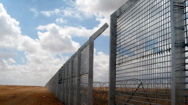 המסתננים חוזרים: מגביהים את הגדר