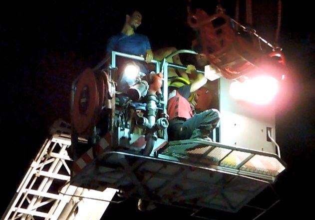 וידיאו: חילוץ בשחקים ממתקן השעשועים בטיילת