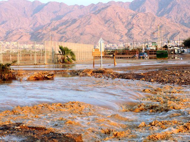 וידיאו ותמונות: שיטפון מירדן סחף דרכים באילת