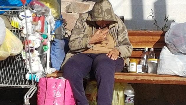 האישה על הספסל: ''לראות אותה ישנה על הספסל זה צובט בלב''