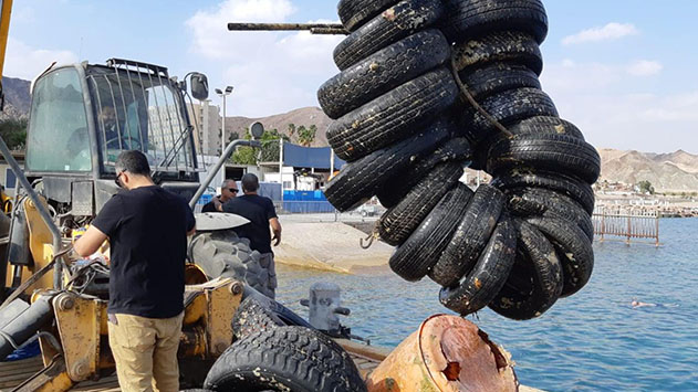 משקולות בטון ושרידי אניות הוצאו מקרקעית מפרץ אילת