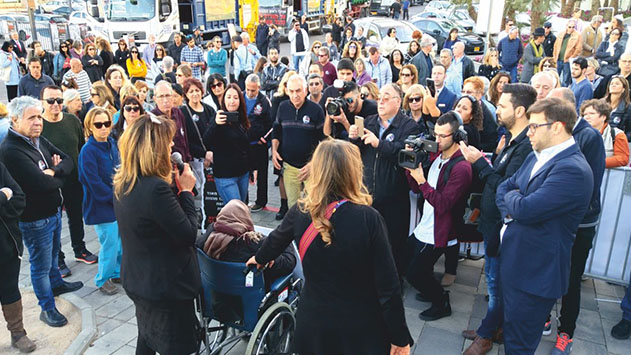 מאות יצאו להפגין כנגד סגירת שדה דב