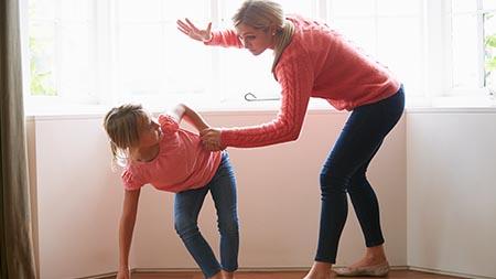 עונש קל לגננת מאילת שהורשעה בתקיפת שתי ילדות
