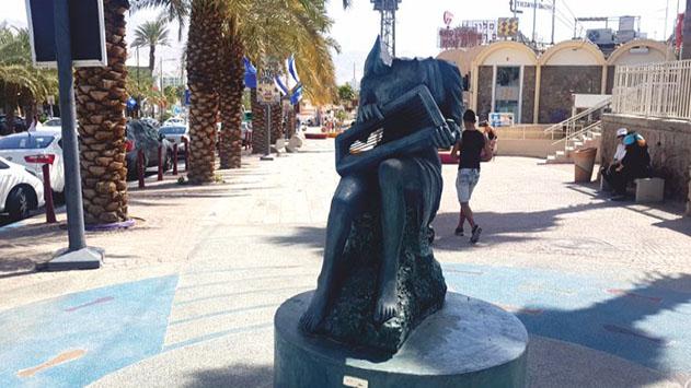 הושחת פסל נגנית הנבל בשדרות התמרים