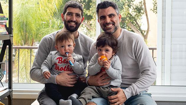 בן אילת מככב עם משפחתו החד מינית בקמפיין יום המשפחה של האגודה למען זכויות הלהט''ב