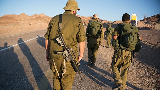 הורים לחיילים אילתים:  ''אוטובוסים חולפים על פני  ילדינו והנהגים לא מעלים אותם''