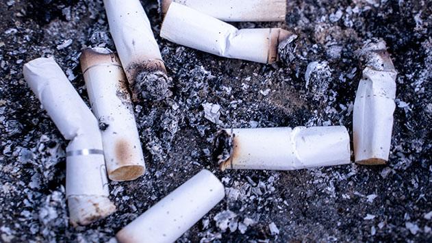 זוג שהתארח במלון באילת תובע 12,000 שקל בגלל בדלי סיגריות
