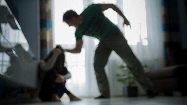 תקף את אשתו באכזריות בעת  חופשתם במלון באילת ואיים  לרצוח את בתם התינוקת