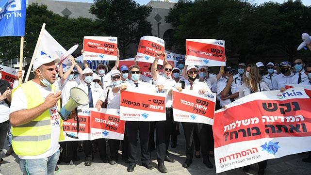 עובדי ארקיע הפגינו מול ביתו של  יו''ר החברה: ''בדרך לסכסוך עבודה''