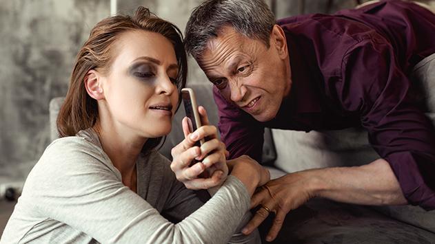 חשד: תקף את בת זוגו  כי לקחה לו את הנייד