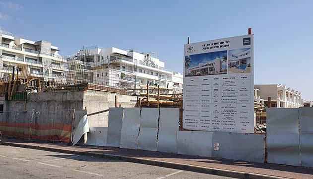 הוועדה המחוזית: פרויקט המגורים  ברחוב תורמוס בשחמון נבנה בחריגה  מההיתר ובלי מדרכה תקנית