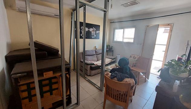 איך אפשר לחיות  עם שירותים באמצע הסלון?