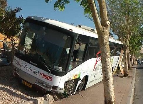 אוטובוס עלה על מדרכה ברחוב ששת הימים