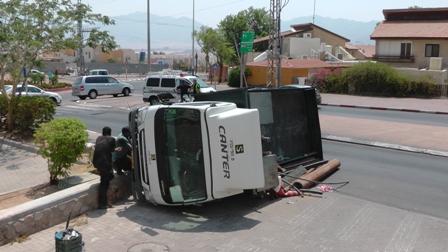 משאית התהפכה ב'כיכר העפרונות'