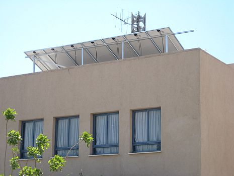 הורים זועמים: תחנות כוח חשמליות על גגות בתי הספר