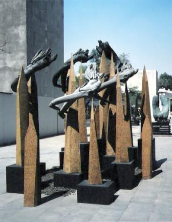 אמן מקסיקני תרם פסל להנצחת השואה