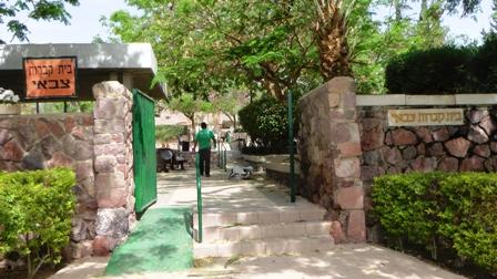 חשד: מסתנן מעורער בנפשו חילל את בית הקברות