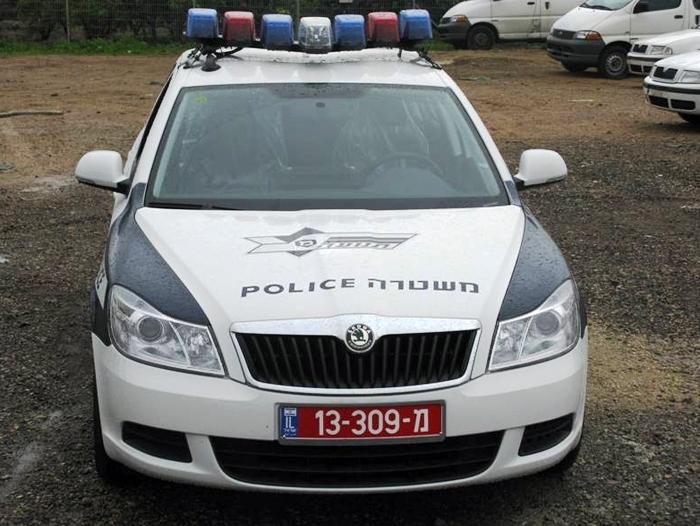 חשד: נער השליך אבנים על ניידת משטרה
