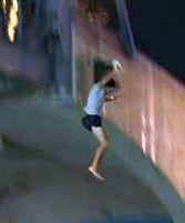 וידיאו: תייר קפץ מגשר הטיילת ונפצע