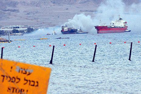 וידיאו ותמונות: אונייה הוצתה בעקבה