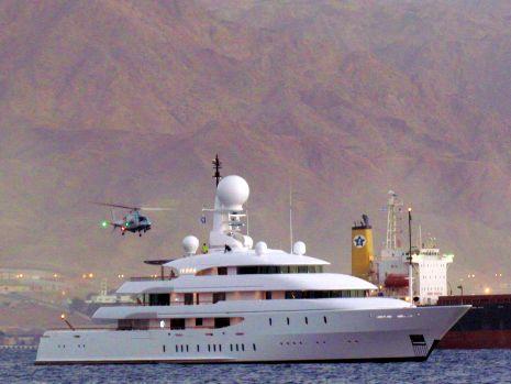 וידיאו: היאכטה המפוארת והמסוק של המיליארדר