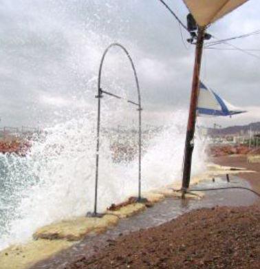 בעקבות הסערות הדרומיות: קיר מגן ב'חוף ציון'
