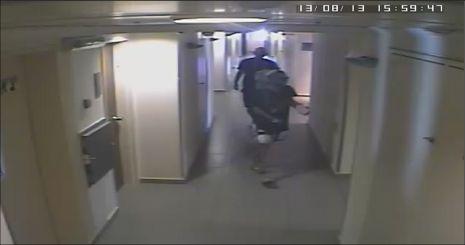 תיעוד מצלמות אבטחה: גנבו מחשב במלון