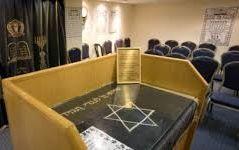 תקף קטינה בבית הכנסת