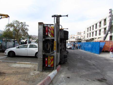 תמונות: המנוף קרס על כלי רכב