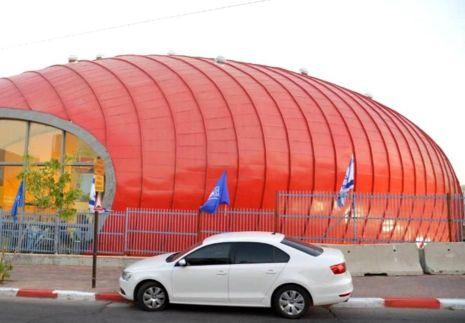 הקבלן שבנה את אולם הספורט ב'צאלים': מדוע העירייה אינה משלמת?