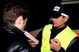 שלושה שוטרים מבולבלים, שני שיכורים וזכאי אחד