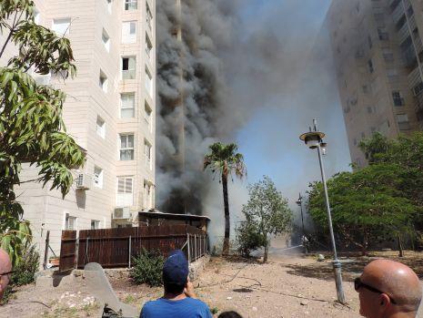 תמונות ווידיאו: שריפה גדולה בצנינית - מאות דיירים פונו