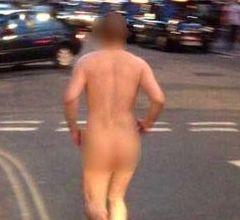 תושב העיר רדף עירום אחר אישה ברחוב