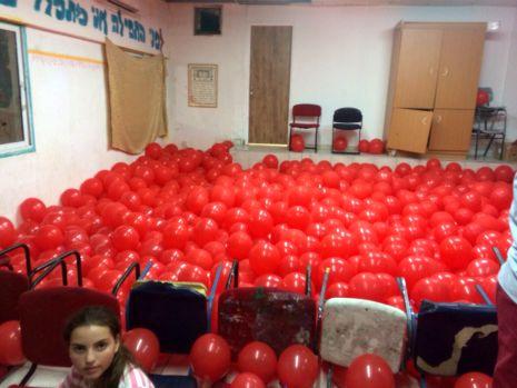 בלונים אדומים נגד טרור