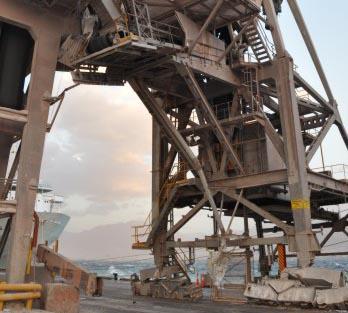 מתקן התפזורת נהרס: בנמל מטעינים פוספטים בדרך בטוחה פחות