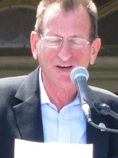 יצחק הלוי נפגש עם חולדאי בשל הכוונה לסגור את 'שדה דב'