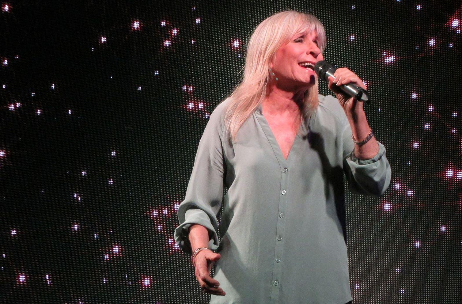 צפו: הזמרת אילנית שרה ומברכת את מייסד ערב ערב באילת לכבוד יום הולדתו ה-90 - מרגש!