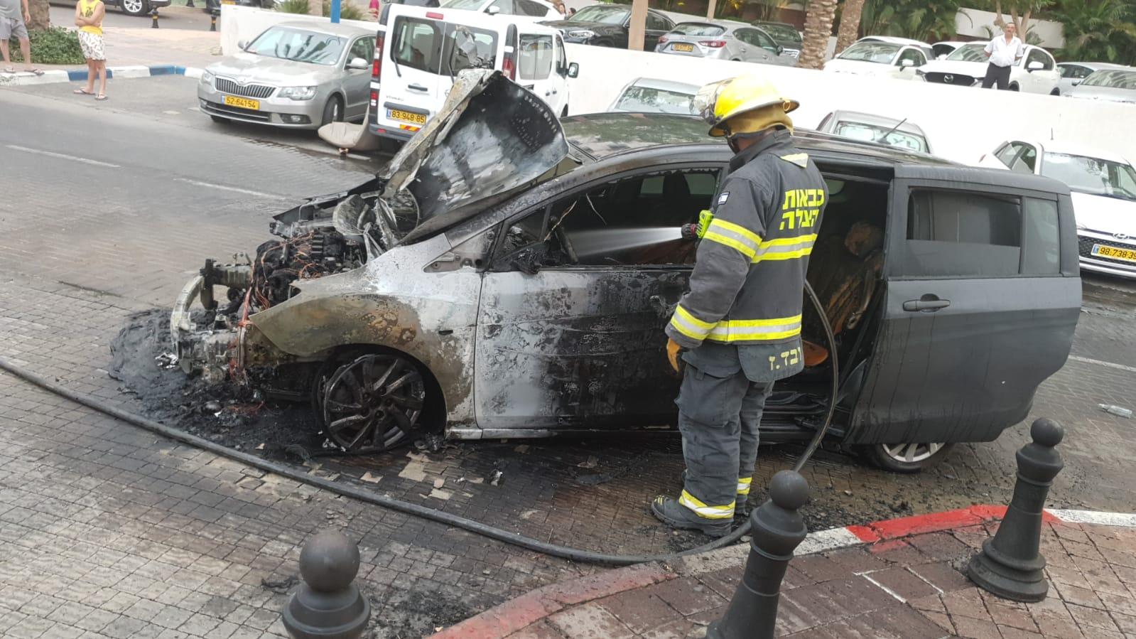צפו: רכב נשרף בחזית מלון ריביירה באילת